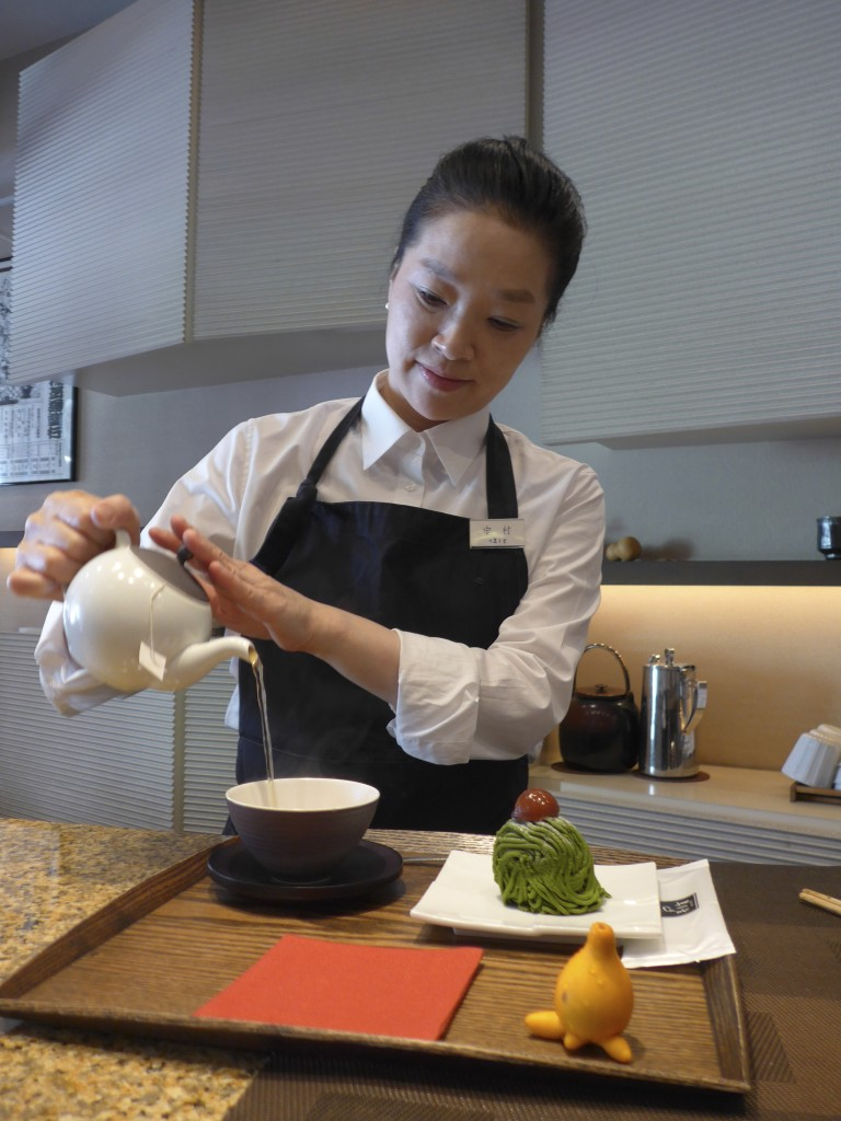 Serving tea at Jugetsudo Tsukiji