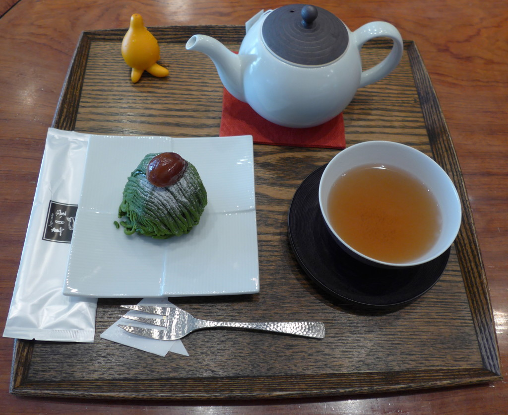 Roasted hojicha with sweets in Tokio