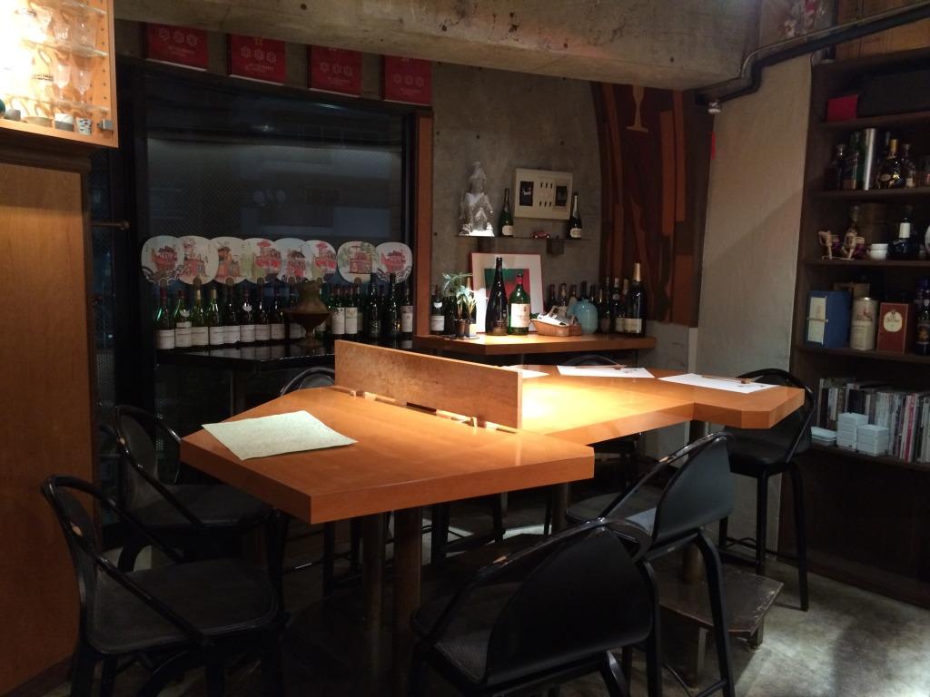 Cosy bar setting of Izakaya Rokkaku
